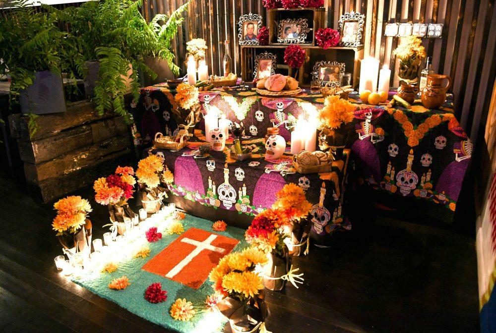 Rojo Gusano Día de Muertos altar